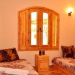 Schlafzimmer mit großen Fenstern